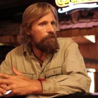 Dėl vaidmens filme V.Mortensenas išmoko gyventi laukinėje gamtoje