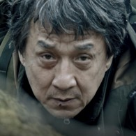 """""""Kazino Royale"""" režisierius naujame trileryje """"Svetimšalis"""" atskleidė dar niekur nematytą J. Chano veidą"""