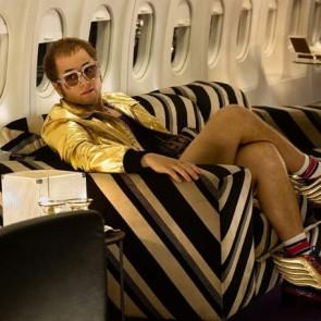 """Spalvingi batai, ekstravagantiški kostiumai ir šimtai metrų audinio – juostos """"Rocketman"""" kūrėjai atskleidžia filmo kostiumų kūrimo užkulisius"""